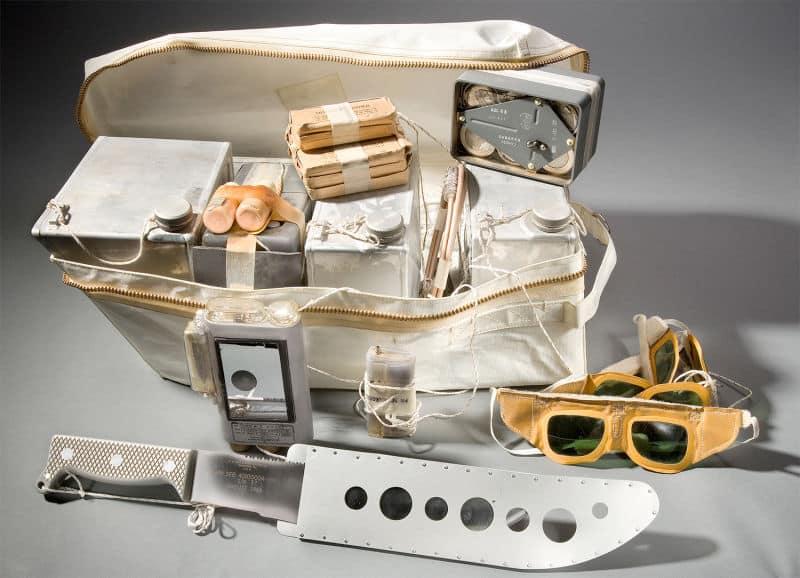 Paket za preživljavanje Geminija i Apolla uključivao je mačetu za sječu lijana, grana i pokojeg neopreznog pitona (Credit: Gizmodo)