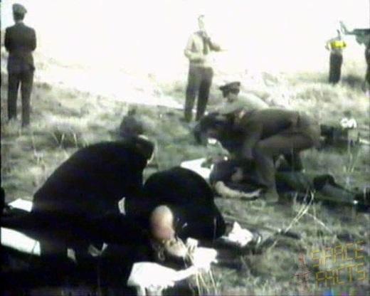 Spasilačke ekipe bezuspješno pokušavaju reanimirati posadu Sojuza 11