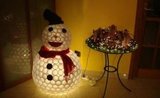 Kako napraviti snjegovića od plastičnih čaša?
