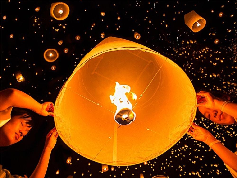 Festival lampiona na nebu iznad Tajlanda