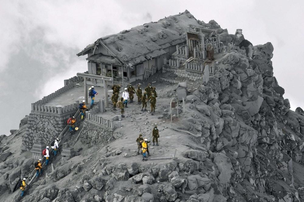 Hram prekriven vulkanskim pepelom u Japanu