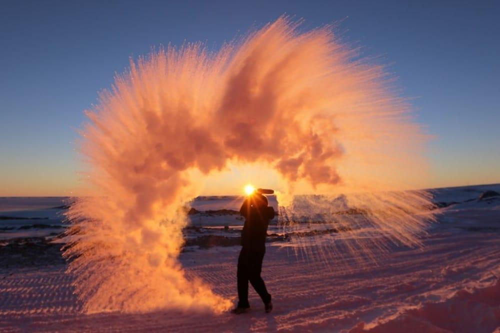 Vruća voda trenutno smrznuta u zraku Antarktika