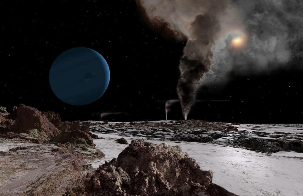 Neptun, kao i Sunce desno od njega, prikazani su iz perspektive promatrača na mjesecu Tritonu. Udaljenost Neptuna od Sunca iznosi 4,5 milijardi kilometara (Credit: Ron Miller)