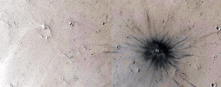Karteri na površini Marsa nisu neuobičajena pojava, pa tako ni ovaj, nastao nedavnim udarom (FOTO: NASA/JPL/University of Arizona)