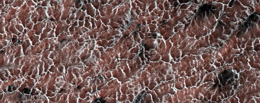 """Krajolik u obliku paukove mreže, nastao naizmjeničnim hlađenjem i zagrijavanjem Marsove površine, a što ima za posljedicu svojevrsne """"erupcije"""" prašine (FOTO: NASA/JPL/University of Arizona)"""