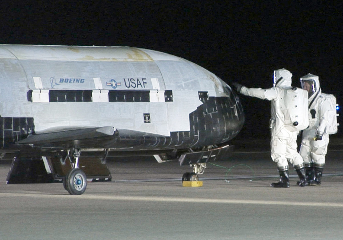 Tehničari provjeravaju trup letjelice nakon slijetanja (Foto: BBC)